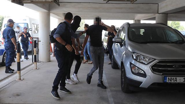 הצעירים החשודים באונס מובאים להארכת מעצר בבית המשפט המקומי באיה נאפה (צילום: AFP)