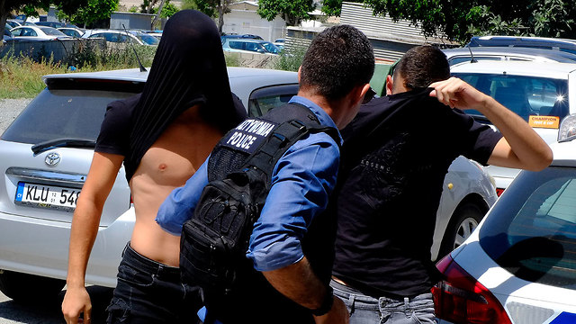 הצעירים החשודים באונס מובאים להארכת מעצר בבית המשפט המקומי באיה נאפה (צילום: AP)