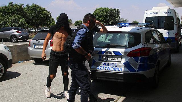 הצעירים החשודים באונס מובאים להארכת מעצר בבית המשפט המקומי באיה נאפה (צילום: רויטרס)