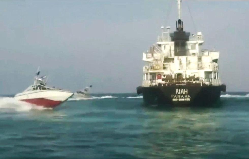 תיעוד של איראן מכלית הנפט העצורה מ איחוד האמירויות  (צילום: AP)