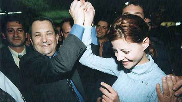 1999- יו״ר מפלגת העבודה דאז אהוד ברק  מצרף את מפלגת ״גשר״ ודוד לוי ומקים את ״ישראל אחת״. הילדה אורלי לוי באה לתמוך (צילום: פאבלו ביכמן  )