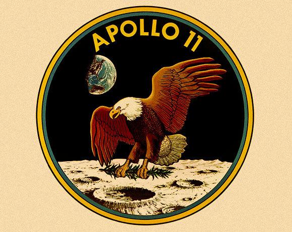 """ויתרו על השמות כדי לתת קרדיט למאות אלפי בני אדם שהיו מעורבים בתכנית. תג המשימה של אפולו 11 (צילום: נאס""""א)"""