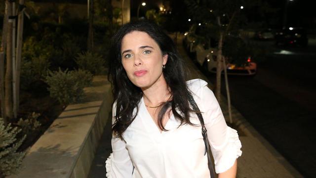 איילת שקד ונפתלי בנט בפתח פגישה בתל אביב (צילום: מוטי קמחי)