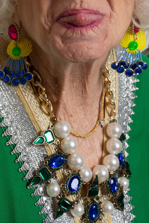 """""""היה לי חשוב להראות אישה בגילה שלא מנסה לשים שום מסכה ואומרת 'זו אני!'"""" (צילום: נעם בן גוריון מוסרי)"""