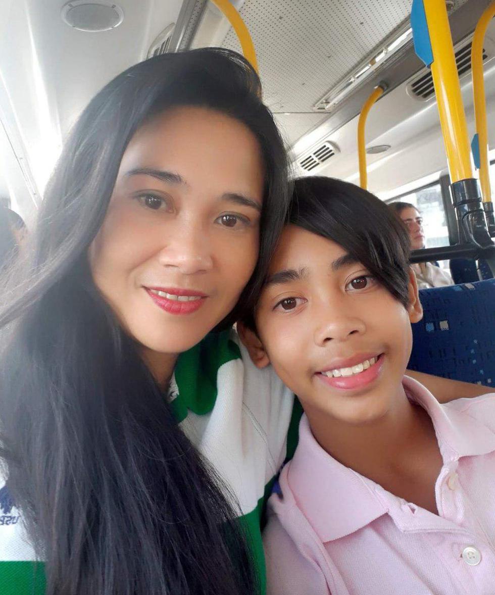 גירוש פיליפינים אופרסינה קוואנקה ו בנה מייקל ג'יימס קוואנקה בן ה-12 ()
