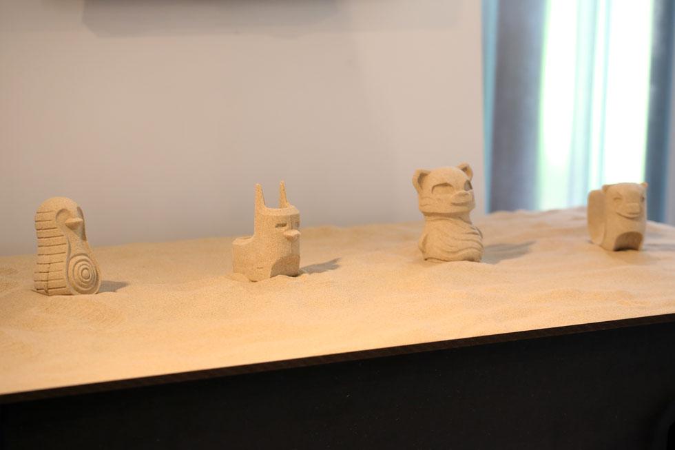 סדרת הצעצועים, בדמותם של בעלי חיים, בתערוכת הגמר של המחלקה לעיצוב תעשייתי בשנקר. כשבחנה את תגובתם של ילדים להתפרקות הצעצוע, ''הופתעתי לגלות שהם לא מפחדים מההרס ולא נעצבים, להיפך, זה מצחיק אותם'' (צילום: אחיקם בן יוסף)