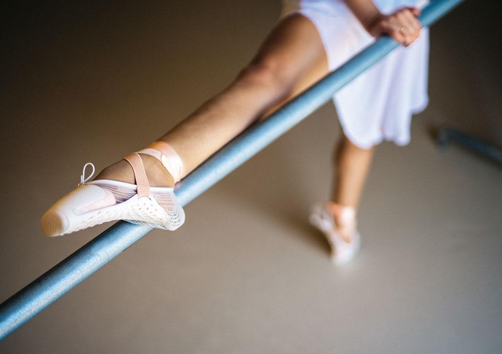 המראה מוכר, אך סאיאס פירקה את הנעל לחלקיה, כך שאפשר להחליף בשעת הצורך רק את החלקים שנשחקים מהר יותר (היום רקדנית מקצועית מחליפה כמה זוגות בשנה). היא גם שינתה את המבנה, כך שהחלק הרך בפנים, והשלד בחוץ (צילום: אולג בלזנוב)