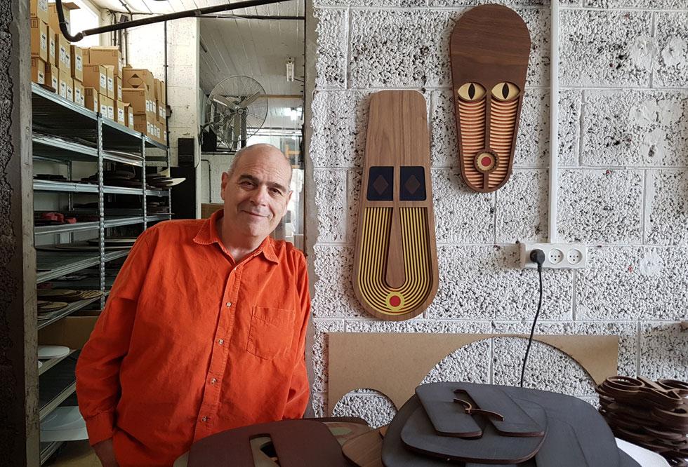 נבו בסטודיו שלו בקרית המלאכה בדרום תל אביב. כאן מיוצרות, נארזות ומשוגרות אל מעבר לים כ-200 מסכות בשבוע (צילום: ענת ציגלמן)