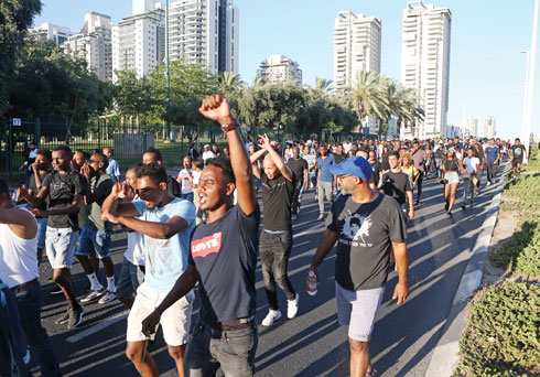 """הפגנות האתיופים בפתח תקווה. """"כולנו חווינו גזענות"""" (צילום:  tch nugko)"""
