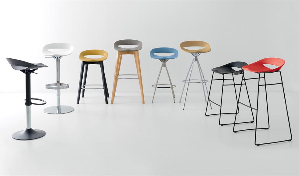לכיסאות הבר יש תפקיד חשוב כאלמנט עיצובי שמחבר בין הפינות השונות, אבל הם דווקא לא חייבים לתאום את כיסאות פינת האוכל - להיפך. ''קליגריס''