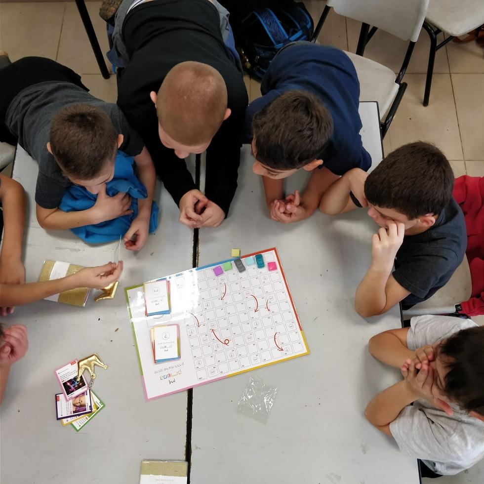 תלמידים מתרגלים משחק לחיזוק התודעה ()