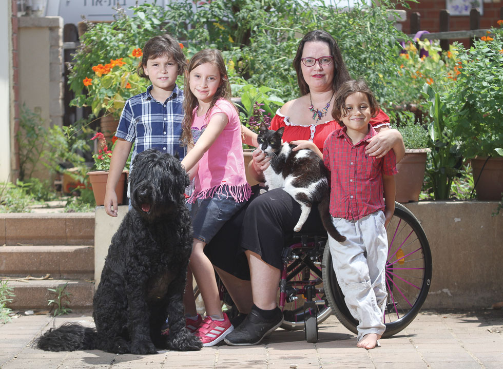 """ד""""ר עינת פרי ושלושת ילדיה. """"לשמחתי, הם היו מספיק צעירים כשהגענו לאבחון, כך שעוד אפשר היה לעזור להם"""" (צילום: אסף פרידמן)"""