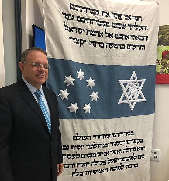 יעקב חגואל עם הפרוכת המשוחזרת (מרכז הרצל - ההסתדרות הציונית העולמית)