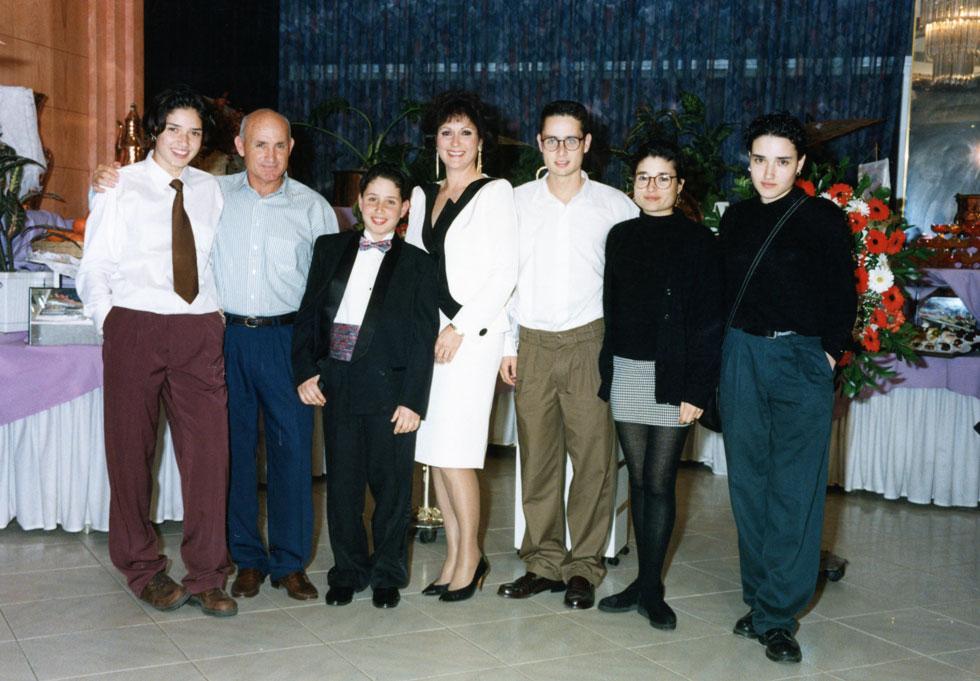 """עדי (ראשונה משמאל) עם ההורים וארבעת האחים. """"עברנו המון בתים, ואני חוויתי תחושה של תלישות וחוסר יציבות"""" (צילום: אלבום פרטי)"""