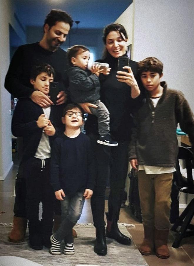 """עם הבעל וארבעת הילדים. """"ירד לי אסימון ענק"""" (צילום: עדי הלמן)"""