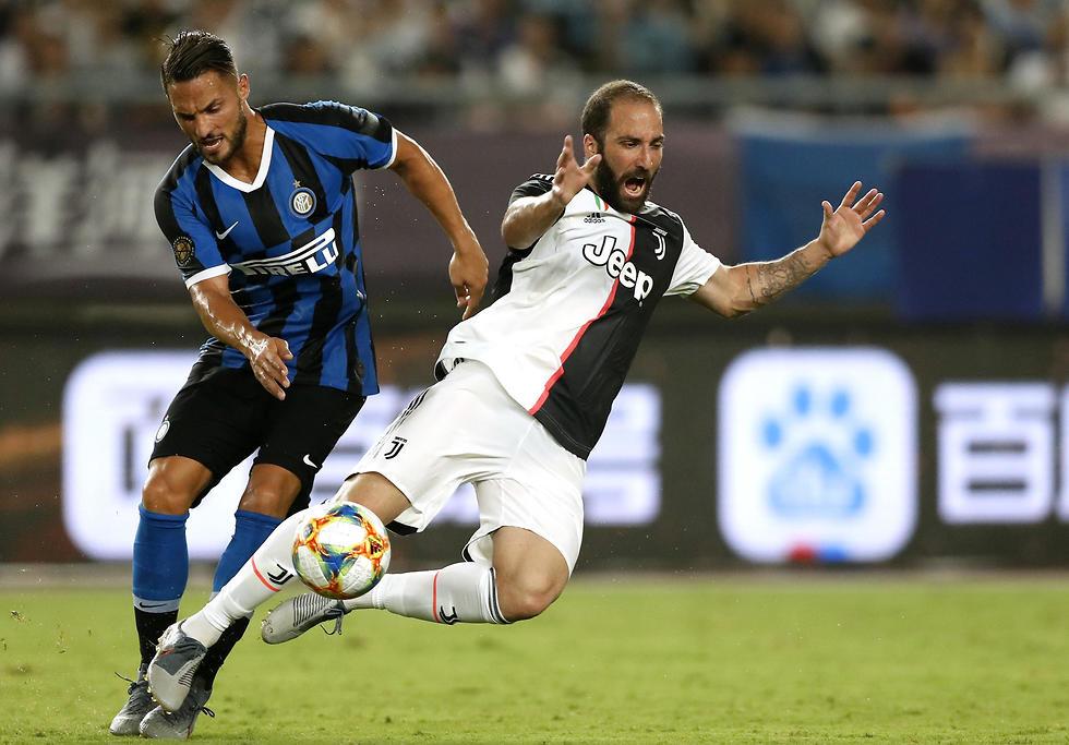 ד'אמברוסיו מאינטר והיגוואין מיובנטוס במאבק על הכדור (צילום: gettyimages)