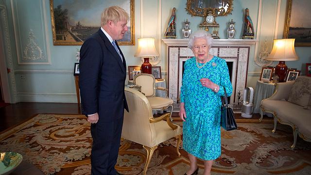 בוריס ג'ונסון ראש ממשלת בריטניה הנבחר עם המלכה אליזבת ארמון בקינגהם לונדון בריטניה (צילום: EPA)