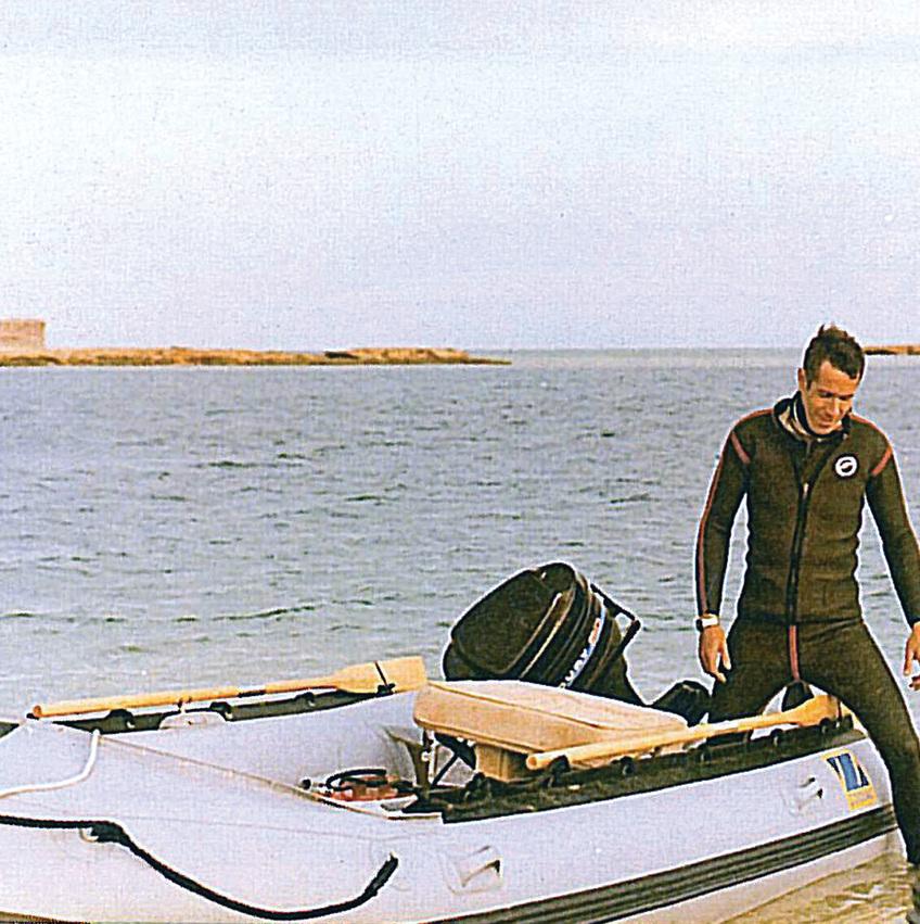 """גד שמרון על הסירה בחוף ארוס. """"כשאתה לבן ויש לך כסף בלי הגבלה, קל להיות קולוניאליסט"""""""