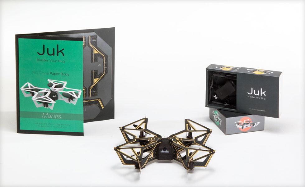 הפרויקט של אורי טנהאוזר קידר. רחפן להרכבה עצמית ממנגנון וגוף נייר מתקפל, שמאפשר משחק של קרבות אוויר ללא חשש מפני הריסה הצעצוע (צילום: עודד אנטמן)