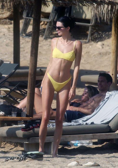 פחות בד, יותר סטייל? איך מתלבשות הכוכבות לחופשה קיצית בחוף הים. לחצו על התמונה לכתבה המלאה (צילום: Splashnews/asap creative)
