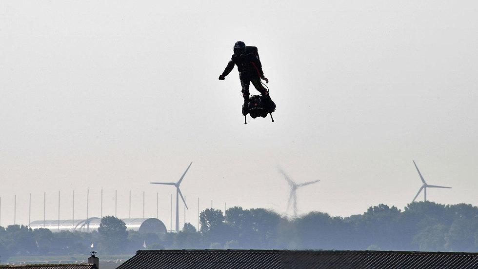 פרנקי זפאטה האיש המעופף נכשל בניסיון לחצות את תעלת למאנש (צילום: AFP)