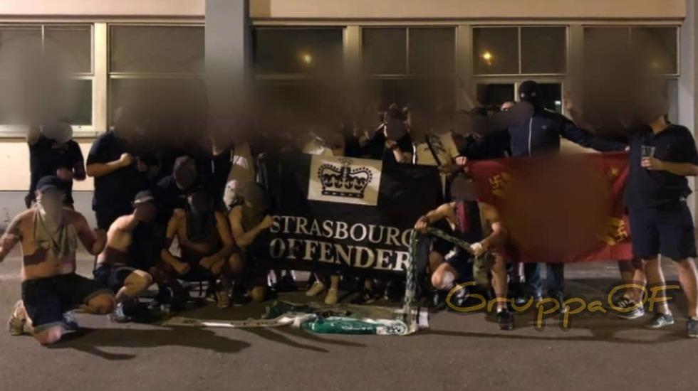 אוהדי שטרסבורג שורפים את צעיפי מכבי חיפה (צילום מסך)