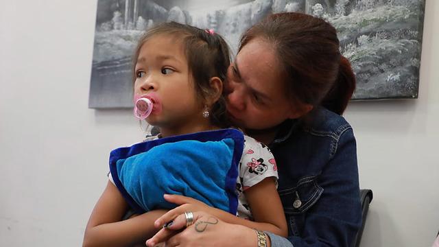 הפגנה נגד גירוש העובדת הזרה ג'רלדין אסטה וילדיה לפיליפינים מחוץ לדיון בת
