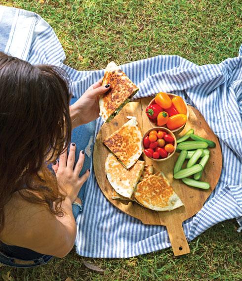 קסדייה פסטו, גבינות וזיתים (צילום: דני לרנר;  סגנון: נעמה רן)