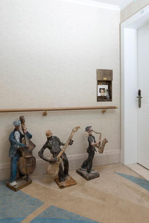 מחוץ לדלת הכניסה לדירתם החדשה (צילום: הגר דופלט)