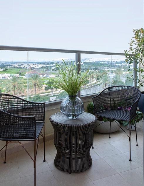 רהיטי המרפסת יכולים להשתלב גם בפנים, כשמארחים (צילום: הגר דופלט)