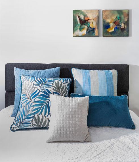 ועוד עבודות נבחרות בחדר השינה (צילום: הגר דופלט)