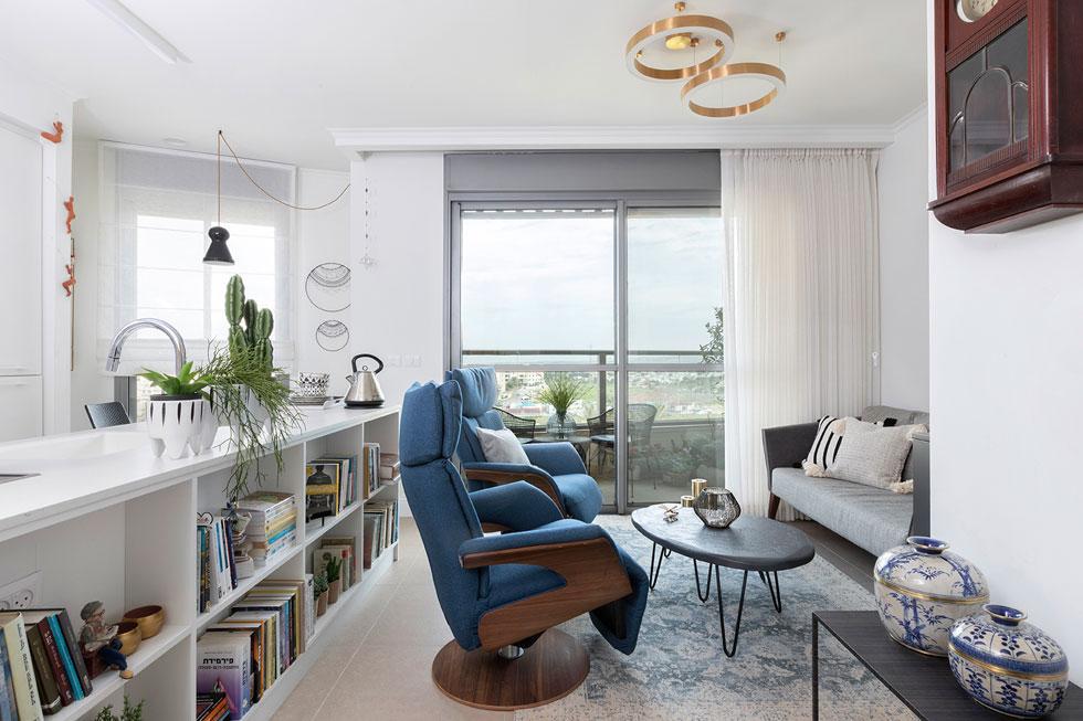 הקיר המרכזי פונה אל הנוף בחלונות גדולים. לא רק הגודל הציב אתגר, אלא גם המבנה המעוגל של הדירה (צילום: הגר דופלט)