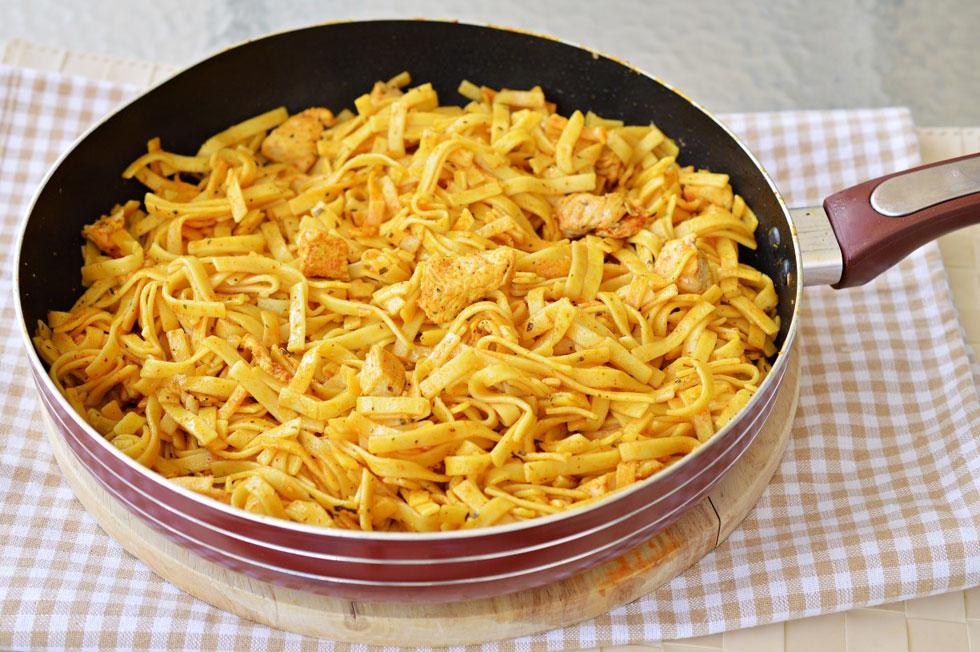 תבשיל אטריות וחזה עוף (צילום: אפרת סיאצ'י)