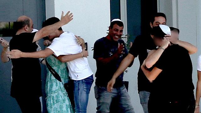 שחרור הנערים הישראלים שנותרו במעצר בקפריסין בעקבות פרשת אונס התיירת הבריטית (צילום: AP)