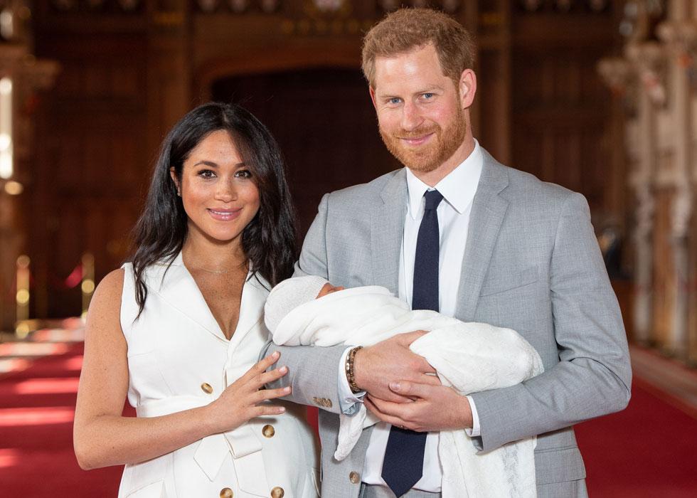 """מייגן מרקל עם הנסיך הארי ובנם. """"אנשי בית המלוכה חייבים להימנע מפוליטיקה"""", טוענים המבקרים  (צילום: GettyimagesIL)"""