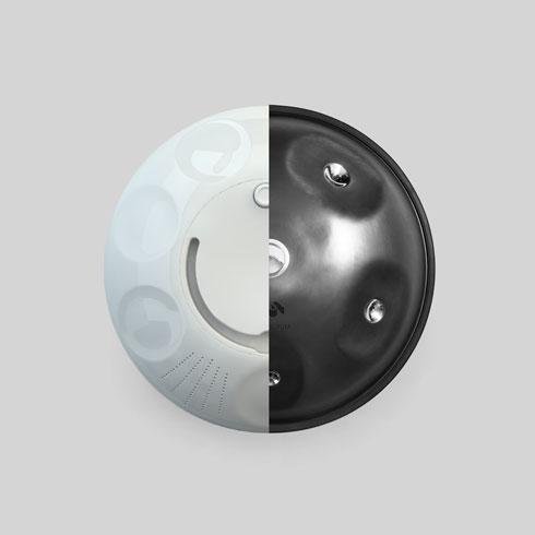 החצי הימני מראה את תוף הפאנטם בצורתו המקורית, והשמאלי את הפיתוח הדיגיטלי שלו לכלי שמיועד לכבדי שמיעה (עיצוב: אבישי צברי)