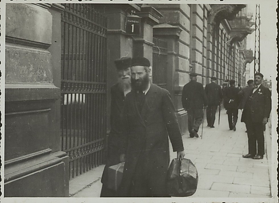 A Jewish man in the streets of Krakow (Photo: National Library)