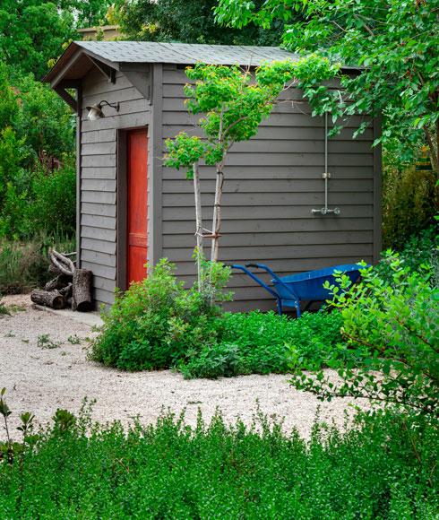 המחסן באחד משבילי הגן (צילום: עודד סמדר)