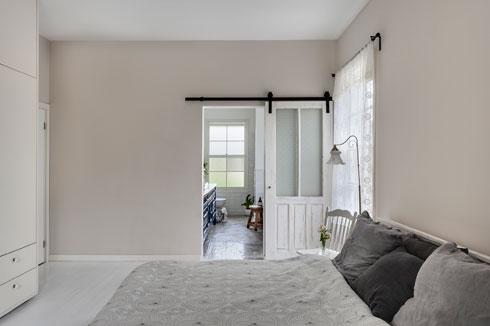 מבט מחדר ההורים אל חדר הרחצה הצמוד (צילום: עודד סמדר)