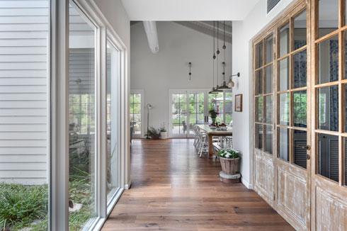 מבט מכיוון חדרי השינה. מימין המבואה, משמאל הפטיו, מלפנים המטבח והסלון (צילום: עודד סמדר)