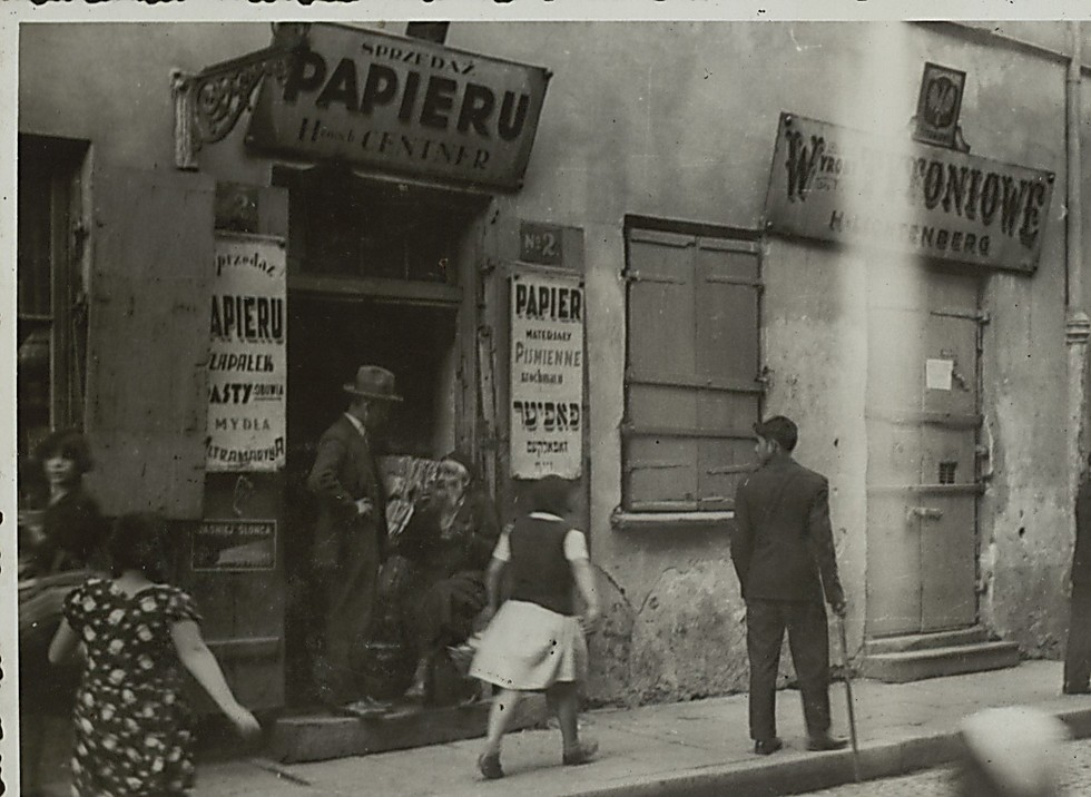 A paperware shop (Photo: National Library)