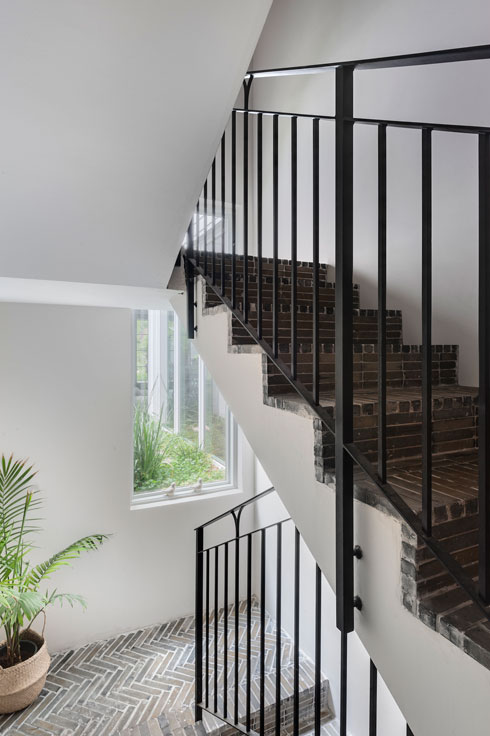 המדרגות רוצפו בלבני טרקוטה שרופות, כמו במבואה (צילום: עודד סמדר)