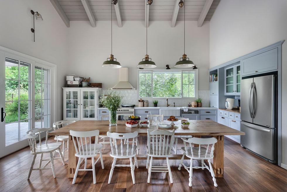 במטבח אין אי שזולל מקום, אלא שולחן אוכל גדול ונוח. כאן אוכלים, מארחים ועושים שיעורי בית (צילום: עודד סמדר)