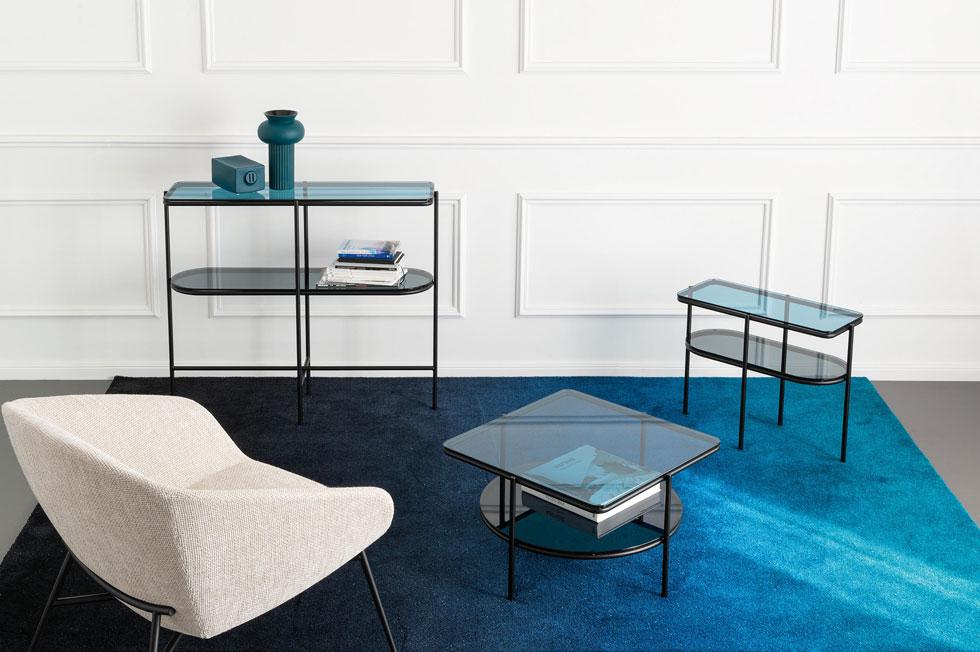 סדרת שולחנות ושידות עם משטחי זכוכית (''קליגריס''). המראה הנקי והנייטרלי מאפשר מנעד שילובים רחב