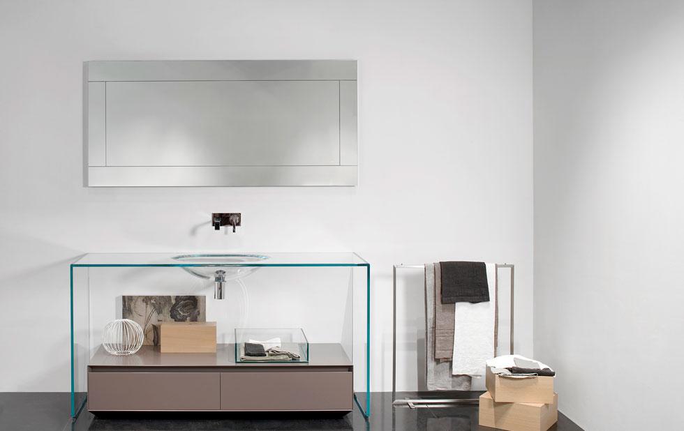 השקיפות נכנסת לעוד חדרים בבית, ואפילו כארון כיור אינטגרלי ושקוף, שמאפשר לראות הכל (HeziBank)