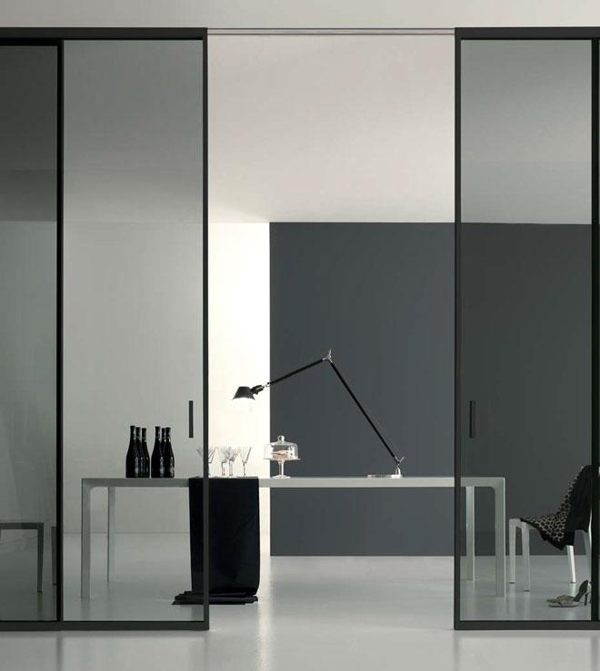 """לא רק חלונות, אלא גם דלתות שקופות לכל גובה החדר (''Stato"""")"""