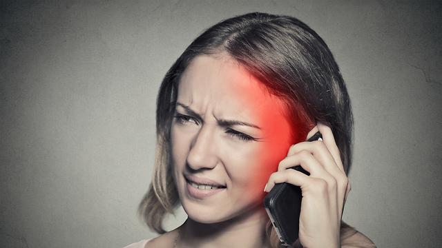 אישה מדברת בטלפון קרינה סלולרית נזקים בריאות דור חמש  (צילום:shutterstock)