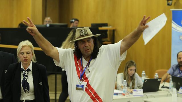 עמי פיינשטיין בכנסת בזמן הגשת רשימות לכנסת ה 22 (צילום: עמית שאבי)