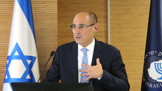 פרופסור אמיר ירון נואם (צילום: אלכס קולומויסקי)