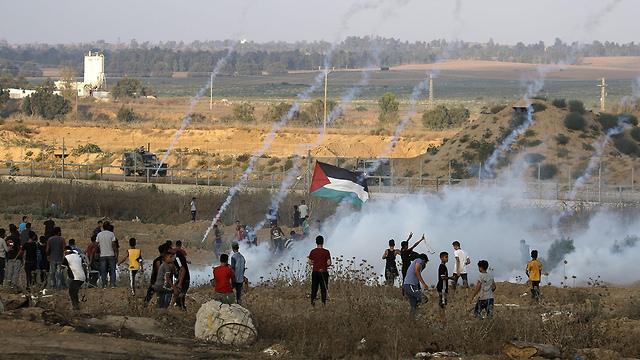 הפגנות פלסטינים בגבול רצועת עזה (צילום: AFP)
